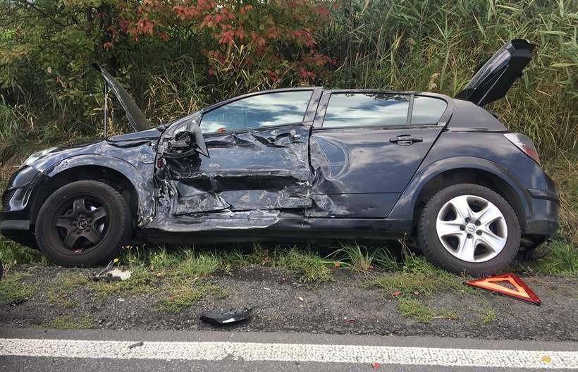Jedno z aut w wyniku uderzenia wpadło do rowu