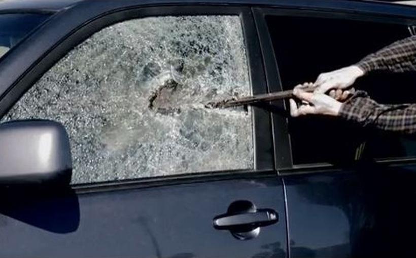 Wandalizm na parkingu w Andrychowie. Facet zniszczył kobiecie samochód... bo miał problemy emocjonalne