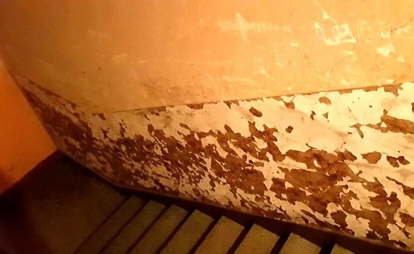 """Lokatorzy załamani, od lat błagają władze Wadowic o niewielki remont. """"Nie oczekujemy marmurów"""""""