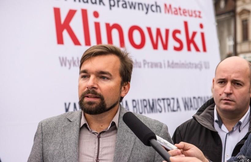 Mateusz Klinowski zarzecza, że był lobbystą zawodowym. Jednocześnie Ministerstwo Administracji i Cyfryzacji umieściło go w rejestrze 320 podmiotów w Polsce, wykonujących taką działność. Według ekspertów może powodować konflikt interesów w pracy radnego lub burmistrza