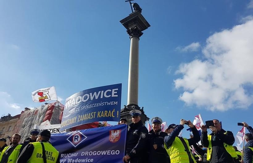 Policjanc z Wadowic w czasie protestu w Warszawie