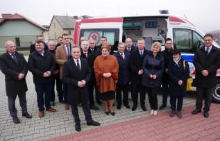 Uroczyste przekazanie karetki zgromadziło wielu przedstawicieli samorządów i kadry ratowniczej