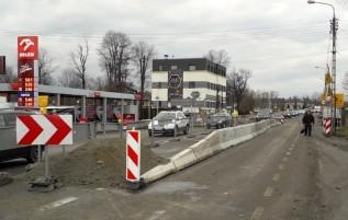 """Za dnia prace prowadzone są """"po środku"""" drogi krajowej"""