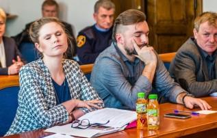 """Mateusz Klinowski od początku swojej kadencji na stanowisku burmistrza chwali się tym, że jest """"doktorem nauk prawnych"""", a w urzędzie zatrudnia dodatkowo kompetentnych prawników m.in. wiceburmistrz Ewę Całus."""