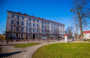 Rok temu w atmosferze awantury burmistrz Klinowski i jego współpracownicy odwoływali dyrektorkę tej szkoły. Sąd uznał, że jego działania były bezrawne.