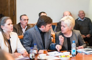 Burmistrz Mateusz Klinowski i Ewa Całus zapowiedzili nagrody i podwyżki da urzędników. Skarbnik Bożena Flasz ma znaleźć pieniądze w budżecie