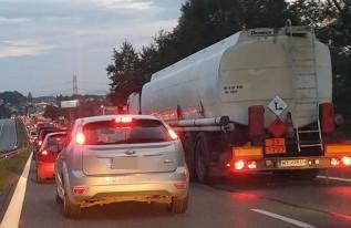 Samochody stoją w długim korku
