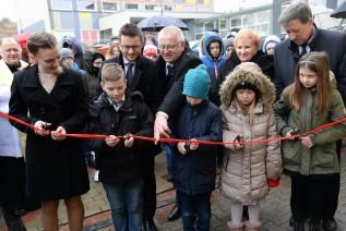 Otwarcie rozpoczęło się tradycyjnie od poświęcenia nowego obiektu oraz przecięcia wstęgi, którego dokonali uczniowie szkoły
