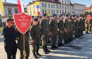 Duże święto mundurówki w Wadowicach. Uczniowie ZDZ niczym żołnierze składali ślubowanie