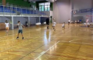 Dzieciaki grały w tenisa i walczyły o nagrody. Tak zachęcają najmłodszych do rakiet