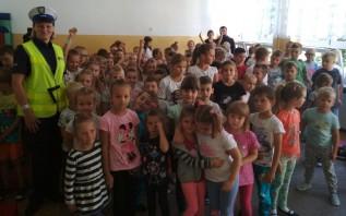 """Dzieciaki ze szkoły w Brodach już zaczynają akcję """"odblaski"""". To ważne, dni coraz krótsze"""