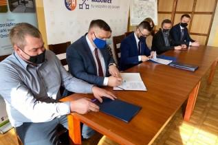 W poniedziałek prezes WPWiK Jerzy Obstarczyk i burmistrz Bartosz Kaliński podpisali umowy na wybudowanie 11 kilometrów wodociągu