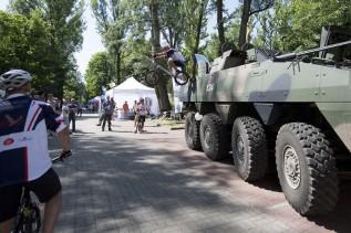 Kolarze Aquili podczas pokazu w ogrodach Kancelarii Premiera skakali m.in. przez kołowy transporter opancerzony Rosomak.