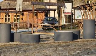Konserwator nakazał usunąć donice z rynku w Lanckoronie. Za bardzo kojarzyły się z kanalizacją