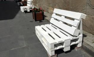 Ławki z palet zdobią zaułek przy ulicy Krakowskiej
