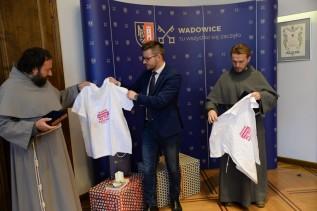 Medale papieskie z Wadowic pomogą szkole w Kakooge. Zakonnicy zbierają na traktor