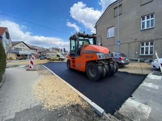 Na ulicy Lwowskiej w Wadowicach wylewają asfalt. Nowe rondo za niedługo przejezdne?