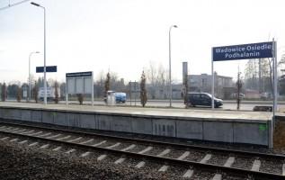 """Nowiutkie perony PKP już """"wjechały"""" do Wadowic i Choczni. Można je podziwiać"""