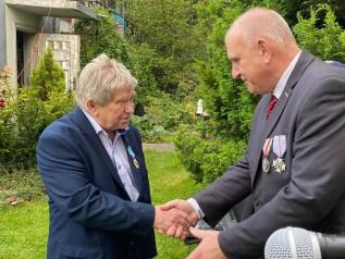 Zygmunt Kraus (z lewej) otrzymał medal Militio pro Christi