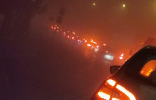 Ogromne korki, gęsta mgła. Trudne warunki na wjeździe do miasta, jak długo?
