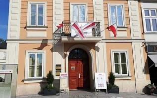 Nad głównym wejściem do muzeum zawisły historyczne białoruskie flagi