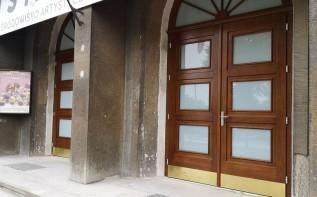 Piękne nowe drzwi w zabytkowym budynku WCK. To element większego remontu