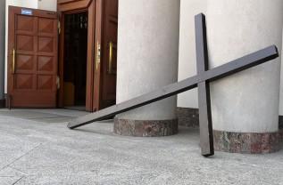 W czasie modlitwy w kościele św. Piotra w Wadowicach pokutnik zostawił swój krzyż przed wejściem