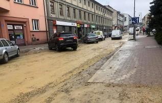 Pogoda popsuła plany. Błotnista ulica Lwowska w Wadowicach jeszcze poczeka na nową nawierzchnię