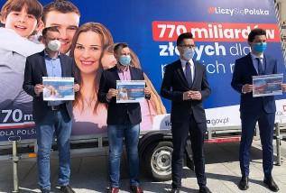 Poseł Kaczyński na wadowickim rynku cieszy się z funduszu odbudowy i wbija szpilę opozycji