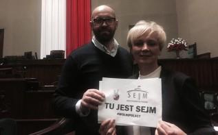 """Posłanka z naszego regionu od kilku dni """"na live"""" z Sejmu. """"Mój telefon razem ze mną został poturbowany!"""""""