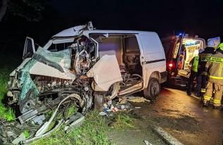 Poważny wypadek pod Zatorem. Na drodze krajowej auto wjechało w drzewo