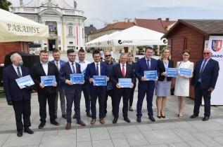 Przed wyborami samorządowców z powiatu wadowickiego obdzielono czekami na 24 miliony złotych