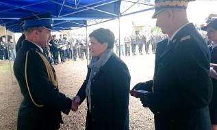 Premier Beata Szydło wręcza odznaczenia zasłużonym strażakom w Suchej Beskidzkiej