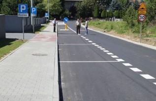 Więcej miejsc parkingowych na Broniewskiego w Kalwarii