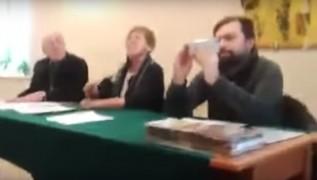 Tak wygląda hipokryzja burmistrza! Klinowski odmawia prawa do nagrywania zebrań wiejskich blogerce, a sam robi dokładnie to samo