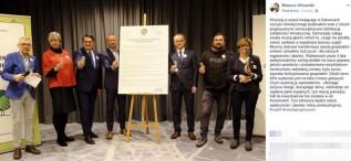 Radny Klinowski chwali się na Facebooku, że na szczycie w Katowicach podpisał deklarację