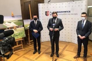 Burmistrz Bartosz Kaliński, wojewoda małopolski Łukasz Kita i poseł Filip Kaczyński na spotkaniu z samorządowcami w Wadowicach
