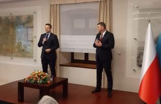 Rafał Trzaskowski i Janusz Chwierut na spotkaniu w Muzeum Zamek w Oświęcimiu