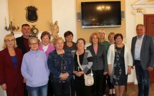 Seniorki i burmistrzowie zrobili sobie wspólną fotografię