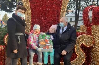 Burmistrz Augustyn Ormanty z rodziną wypróbowali fotel świetego Mikołaja