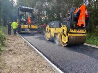 Ta ścieżka w Wadowicach ma potencjał. Układają już asfalt, pasjonaci rolek będą zadowoleni