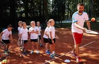Dzieci z SP nr 2 w Wadowicach uczą się tenisa i pływania