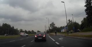 To się nagrało - policjant ucieka przed kierowcą... czyli mogło dojść do tragedii