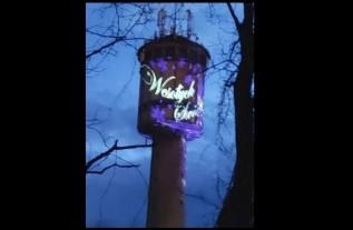 """Tomasz Żak świeci życzeniami świątecznymi z wieży ciśnień. """"Zawsze mi się marzyło"""""""