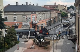 Trwa asfaltowanie ulicy Lwowskiej w Wadowicach. Kierowcy stoją w korkach