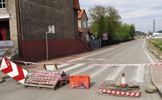 Barykada na prywatnej drodze przy ulicy Sienkiewicza w Wadowicach