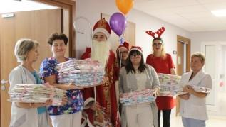"""Uczniowie """"Kotarbina"""" mieli taki pomysł... Święty Mikołaj trafił do szpitala w Wadowicach"""