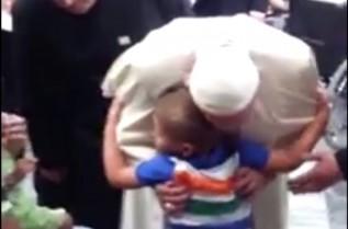 Ta chwila zostanie w pamięci rodziny. 5-letni Michał z Łączan witał w szpitalu papieża Franciszka