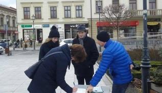 """W Wadowicach Nowoczesna zbierała podpisy w sprawie referendum szkolnego. """"Jesteśmy za reformą, ale..."""""""