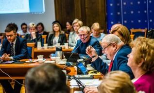 Radny Stanisaw Jasiński zgłosił wniosek, który przyjęto na sesji, by skierować uchwalę antysmogową do kolejnych prac w komisjach. W ten sposób uchwała nie była głosowana